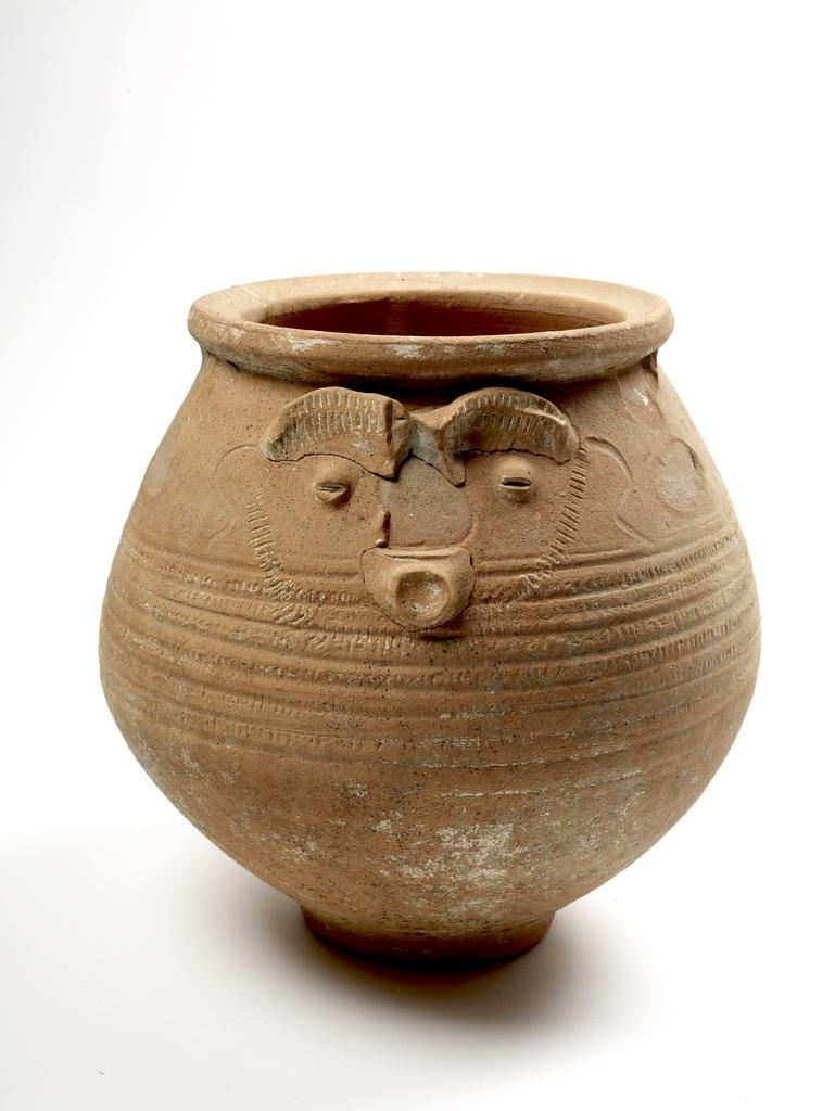 Face pot used as a cremation urn © Museum of London