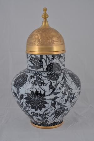 "An Iznick black-and-white jar with ""Tombak"" (gilded copper), 2014"