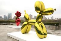 Jeff Koons on the roof of the Metropolitan Museum of Art/ Getty image.