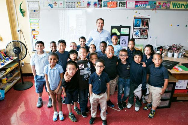 Jeff Koons with 2nd grade students from P.S.  145, The Bloomingdale School, in the Upper West Side.  (Photo credit: Mindy Best)