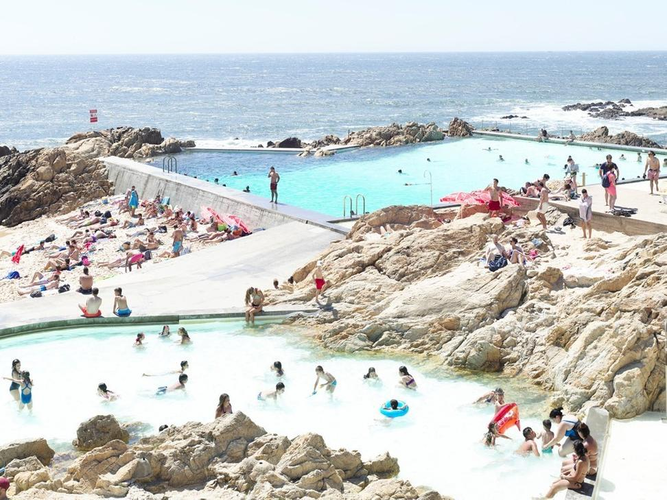 Massimo Vitali, Piscina Das Marés, 2016, photograph, courtesy the artist and Benrubi Gallery, New York