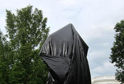 The Robert Edward Lee sculpture in Charlottesville, Virginia, covered in tarp in 2017.