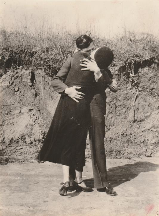 Image : Anonymous, Bonnie & Clyde, Kissing & Embracing, 1934, Courtesy of PDNB Gallery, Dallas, TX