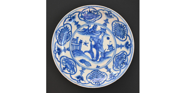 A Kraak-ware Safavid Blue and White Faience Plate Iran, circa mid 17th century Two shades of underglaze blue on tin glazed faience 10 ¼ in width, 1 ½ in in height, 26 cm x 4 cm