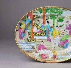 Platter with Mandarin scenes of Chinese figures in outdoor settings.  Gift of Daniel and Serga Nadler 2014.16.161.1